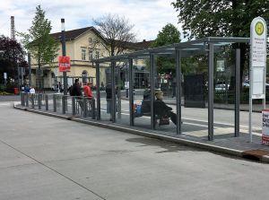 Barrierefreier Busbahnhof direkt vor dem Bahnhof